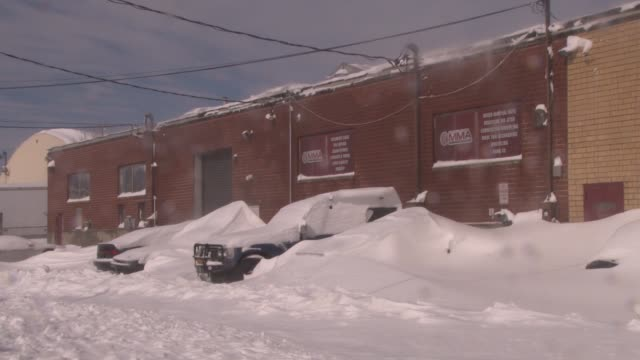 vehicles buried under deep snow drifts in the aftermath of the blizzard of 2013 - scott mcpartland bildbanksvideor och videomaterial från bakom kulisserna