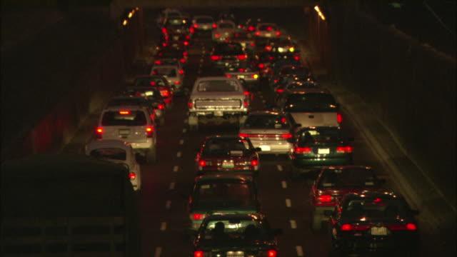 vidéos et rushes de vehicles creep along a busy three-lane road. - phare arrière de véhicule