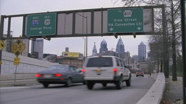 vídeos y material grabado en eventos de stock de vehicles drive down a freeway near the philadelphia convention center exit. - señal de salida señal de dirección