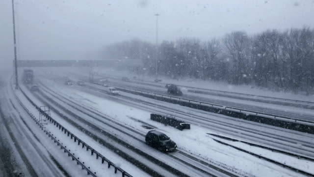 vídeos y material grabado en eventos de stock de vehicles drive through snow on the m8 in glasgow on february 28 in glasgow scotland freezing weather conditions dubbed the 'beast from the east'... - glasgow escocia