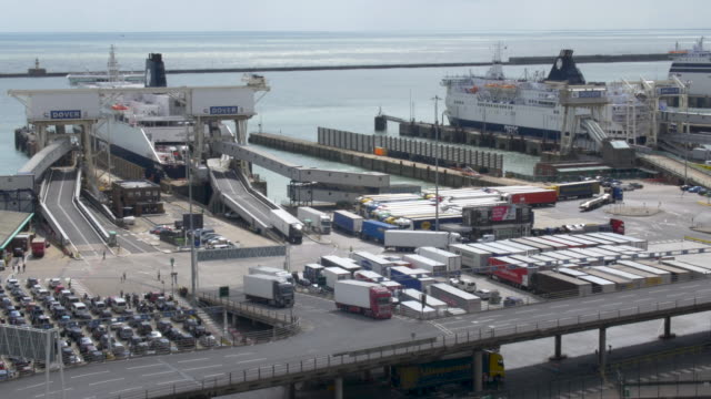 vídeos de stock e filmes b-roll de vehicles leaving cross-channel ferry at dover - transporte de mercadoria