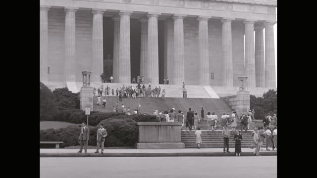 stockvideo's en b-roll-footage met ws vehicles moving on road and people walking outside of lincoln memorial / washington dc, united states - memorial