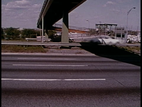 1977 montage vehicles on a freeway / queens, new york, united states - queens stock-videos und b-roll-filmmaterial
