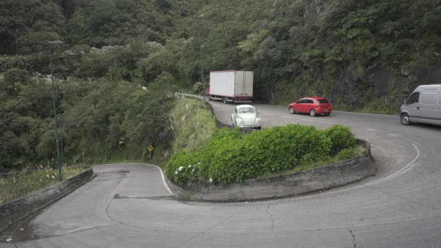 vehicles on the serra do rio do rastro, brazil. - kurvenreiche straße stock-videos und b-roll-filmmaterial