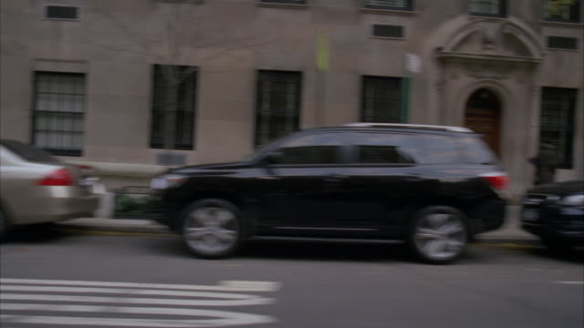 vehicles park along busy new york city streets. - parken stock-videos und b-roll-filmmaterial