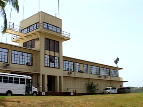 vídeos de stock e filmes b-roll de vehicles parking outside government building at guantanamo bay naval base/ guantanamo province cuba - tremido