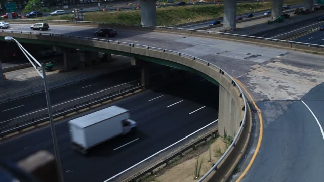 vidéos et rushes de vehicles pass traffic barrels on the seminary road overpass above interstate 395 during a virginia department of transportation project in alexandria... - alexandria virginie