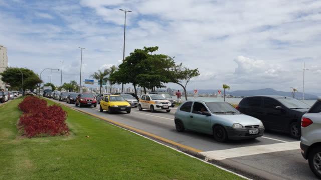 fordon som färdas längs avenida beira mar i florianopolis - mar bildbanksvideor och videomaterial från bakom kulisserna