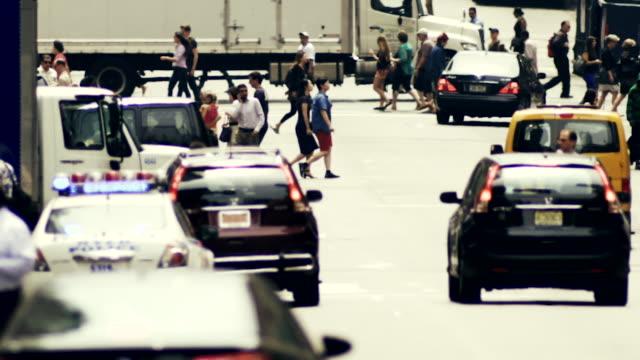 vidéos et rushes de vehicles wait for pedestrians and other vehicles at a manhattan intersection. - carrefour