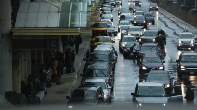 vehicles wait to pick up arriving travelers at ronald reagan washington national airport on the day before thanksgiving which is usually the busiest... - aeroporto nazionale di washington ronald reagan video stock e b–roll