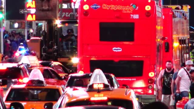 vehicular traffic, times square, new york city - dubbeldäckarbuss bildbanksvideor och videomaterial från bakom kulisserna