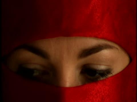 vídeos de stock, filmes e b-roll de veiled woman - hijab