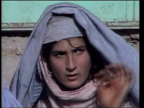 vídeos de stock, filmes e b-roll de lib veiled women on the street - véu