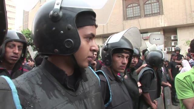 veinte personas murieron este miercoles en el cairo durante enfrentamientos entre manifestantes opositores al gobierno militar y hombres no... - hombres stock videos & royalty-free footage