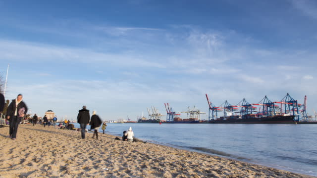 övelgönne strand mit elbe / övelgönne beach with river elbe - hamburg stock-videos und b-roll-filmmaterial