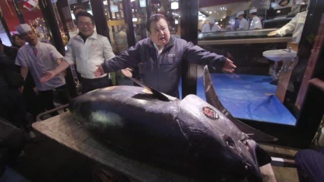 Venden en Tokio un atun de 278 kilogramos en 31 millones de dolares cifra record en una subasta en el mercado de Toyosu