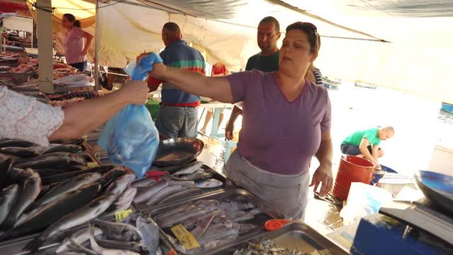vídeos de stock e filmes b-roll de vendor at fish market in malta - escolha