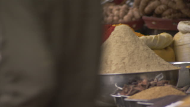 a vendor offers a variety of spices at an indian market. available in hd. - gewürz stock-videos und b-roll-filmmaterial