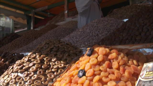 vídeos y material grabado en eventos de stock de a vendor pats dry fruit with a mitt in a fruit market. - guante de béisbol