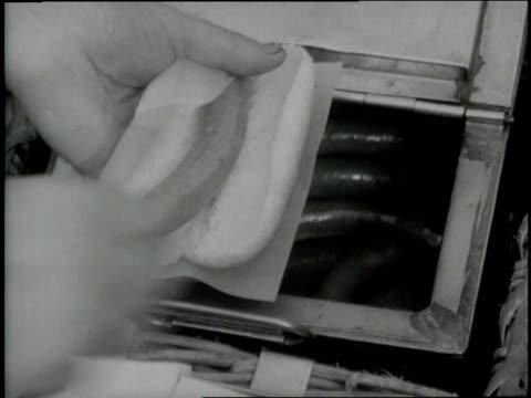 vendor prepares a hot dog. - バンズ点の映像素材/bロール