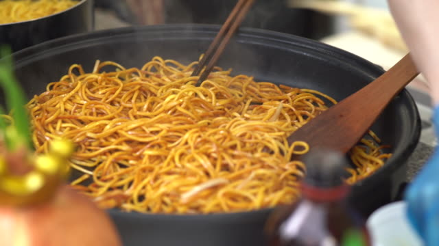 vendor preparing noodles - 調理用へら類点の映像素材/bロール