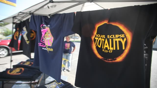 stockvideo's en b-roll-footage met vendors in hopkinsville, kentucky are selling t-shirts and other souvineers for monday's total eclipse which is expected to last for 2 minutes in 40... - 40 seconds or greater