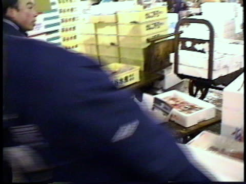 vídeos de stock e filmes b-roll de ms ts pan zi cu vendors working and pushing fish carts through fish market / osaka, japan - rasto de movimento