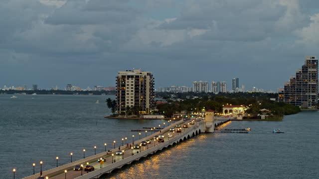 stockvideo's en b-roll-footage met venetiaanse causeway bridge en biscayne island, miami, florida. luchtvideo met panning camerabeweging. - venetian causeway bridge