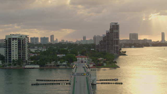 stockvideo's en b-roll-footage met venetiaanse causeway bridge en biscayne island, miami, florida, bij zonsopgang. luchtvideo met panning camerabeweging. - venetian causeway bridge