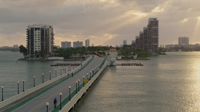stockvideo's en b-roll-footage met venetiaanse causeway bridge en biscayne island, miami, florida, bij zonsopgang. luchtvideo met dalende camerabeweging. - venetian causeway bridge