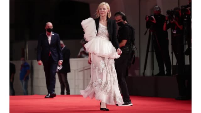 stockvideo's en b-roll-footage met venice italy september 08 venezia77 jury president cate blanchett arrives on the red carpet ahead of the di yi lu xiang screening during the 77th... - filmfestival