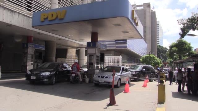 venezolanos hacian el jueves largas filas en gasolineras anticipandose a un eventual aumento del precio luego de que el presidente nicolas maduro... - gasolina stock videos & royalty-free footage