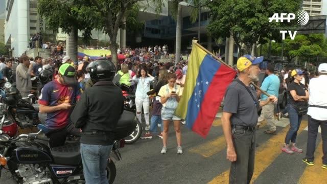 stockvideo's en b-roll-footage met venezolanos opositores convocados por su lider juan guaido protestan el martes contra el presidente nicolas maduro al entrar en el sexto dia de un... - agua