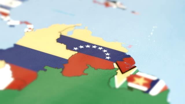 世界地図上に国旗とベネズエラの国境 - ミスコン受賞者点の映像素材/bロール