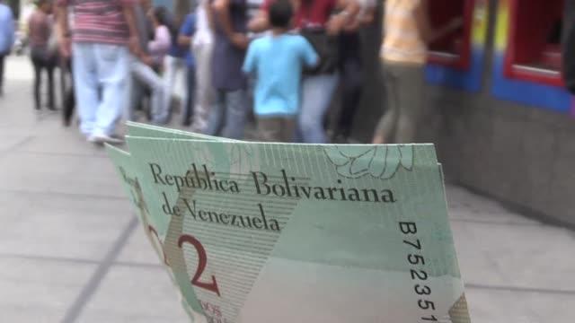 vídeos y material grabado en eventos de stock de venezuela puso en marcha este martes un nuevo sistema cambiario con una devaluacion de 96% del bolivar en un cuestionado plan de reformas que busca... - devaluation