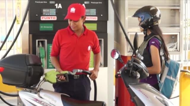 venezuela vende gasolina en pesos colombianos en la frontera una medida ordenada por el presidente nicolas maduro para evitar el contrabando de... - gasolina stock videos & royalty-free footage