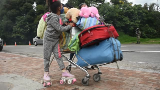 vídeos y material grabado en eventos de stock de venezuelan migrants walk with their belongings on the side of the highway out of the city as the world struggles through the coronavirus pandemic on... - hispanoamérica