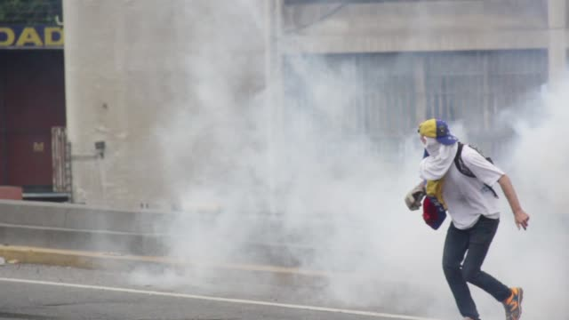 venezuelan opposition activist clashes wiht police in caracas on april 6 2017 the centerright opposition vowed fresh street protests after earlier... - violenza video stock e b–roll