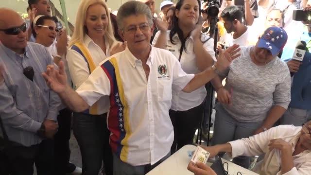 venezuelan opposition parties on saturday collected signatures to reregister ahead of presidential polls scrambling to regroup after the supreme... - scrambling bildbanksvideor och videomaterial från bakom kulisserna