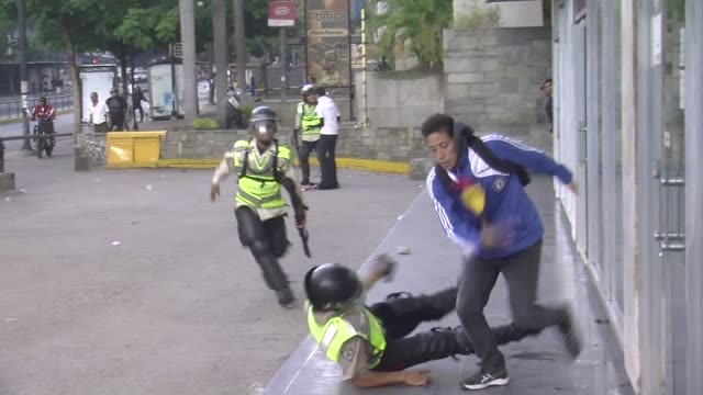 stockvideo's en b-roll-footage met venezuelan police clash with anti government demonstrators in caracas at the end of a protest led by the opposition which celebrated that the event... - confrontatie
