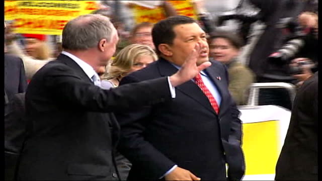 venezuelan president hugo chavez defiant despite us arms embargo tx chavez along with ken livingstone thru crowd of prochavez demonstrators - ウゴ・チャベス点の映像素材/bロール
