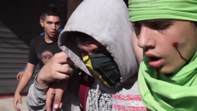 stockvideo's en b-roll-footage met venezuelan youths clash with police in san cristobal in tachira state during a demonstration over the cancellation by the national electoral council... - confrontatie