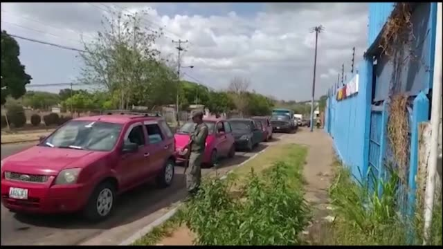 VEN: Venezuelans queue for hours to get gas for their cars