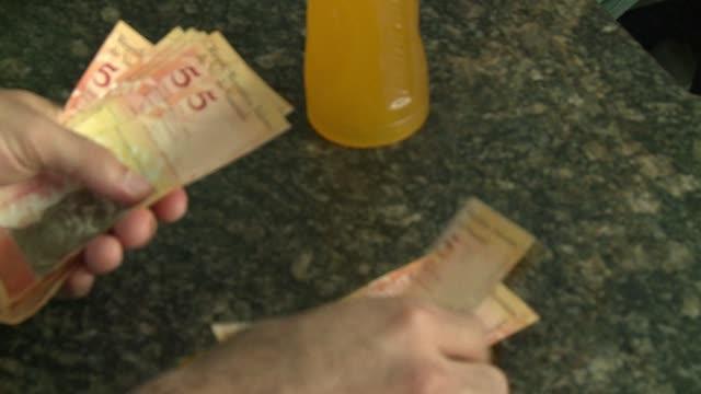 vídeos y material grabado en eventos de stock de venezuelans struggle to make ends meet with an economy in recession plunging crude oil prices and inflation predicted to top 64% while president... - inflación