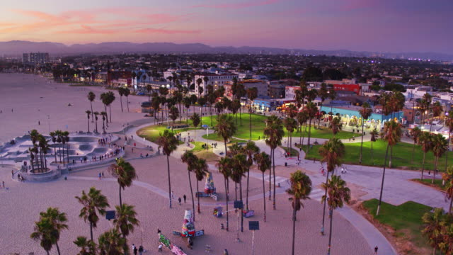 vídeos y material grabado en eventos de stock de venice beach and boardwalk at sunset - sweeping drone shot - bulevar