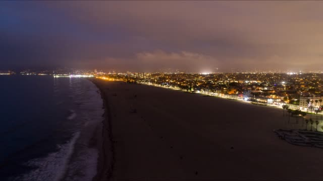 vidéos et rushes de venice beach los angeles aériennes time lapse - venice californie
