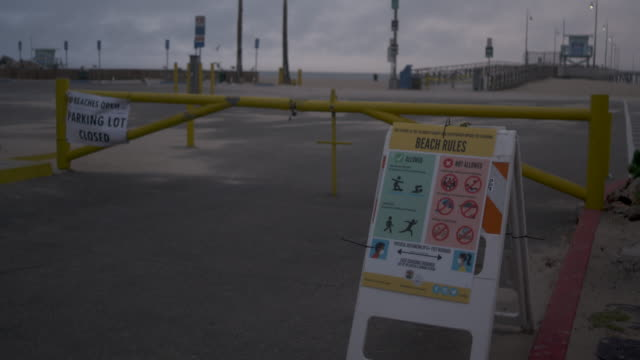 vídeos y material grabado en eventos de stock de venice beach pier closed due to covid-19 crisis. - señal de advertencia