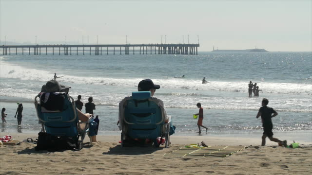 """vídeos de stock e filmes b-roll de venice beach situated in los angeles, which receives millions of visitors a year, has been labeled as """"a cultural hub known for its eccentricities""""... - outdoor pursuit"""