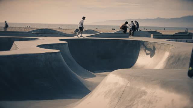 stockvideo's en b-roll-footage met venice beach skate park - skateboardpark