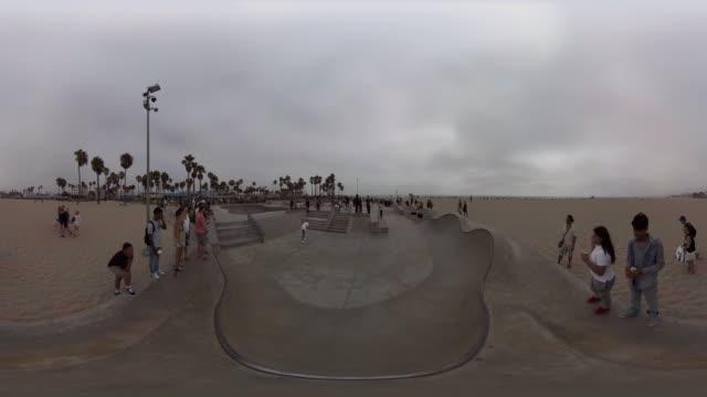 vídeos de stock, filmes e b-roll de venice beach skating - esportes extremos